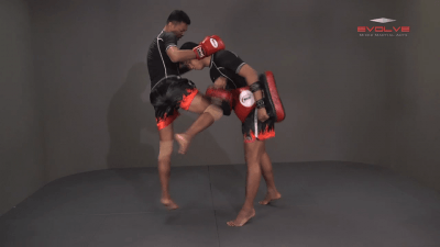 Lamnammoon Sor Sumalee: Clinch, Left Knee, Right Knee, Right Jump Knee