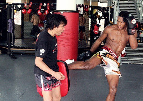 This Is The Right Way To Hold Pads For Muay Thai